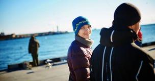 Les amis marchent pendant l'hiver un jour froid ensoleillé Photo stock