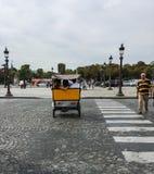 Les amis montent derrière une cabine de bicyclette dans le Place de la Concorde, Paris Images stock