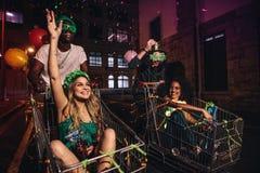 Les amis multi-ethniques célèbrent le jour du ` s de StPatrick la nuit Photos stock