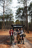 Les amis ont garé la voiture Forest Concept Photographie stock