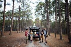 Les amis ont garé la voiture Forest Concept Photo libre de droits