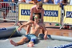 Les amis ont l'amusement à la piscine aux sports extrêmes Barcelone de LKXA Images libres de droits
