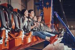 Les amis ont l'amusement dans le parc d'attractions Image stock