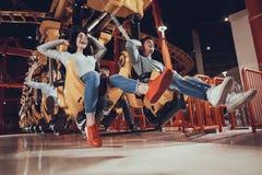 Les amis ont l'amusement dans le parc d'attractions Photographie stock