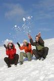 Les amis ont l'amusement en hiver Photographie stock libre de droits