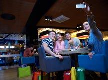 Les amis ont la coupure de lanch dans le centre commercial Photo stock