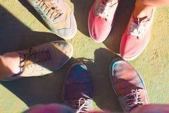 Les amis ont mis leurs pieds comme signe de l'unité et du travail d'équipe Fes de Holi Image stock