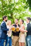 Les amis ou les collègues sur la bière font du jardinage après travail Images stock