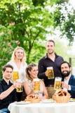 Les amis ou les collègues sur la bière font du jardinage après travail Image libre de droits