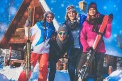 Les amis passent des vacances d'hiver au cottage de montagne Photographie stock
