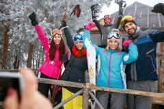 Les amis passent des vacances d'hiver au cottage de montagne et à l'amusement de avoir Image stock