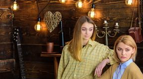 Les amis passent la soirée agréable dans la maison de garde-chasse, fond intérieur Les filles sur les visages calmes apprécient l Photographie stock libre de droits