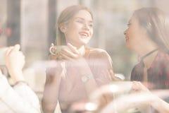 Les amis passent le temps ensemble sur la pause-café Images stock