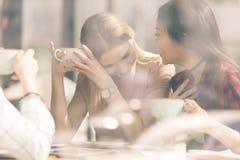 Les amis passent le temps ensemble sur la pause-café Photos libres de droits