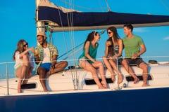 Les amis passent un week-end sur un yacht Image libre de droits