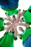 Les amis portant réutilisant des T-shirts mettant le leur remet ensemble Image stock