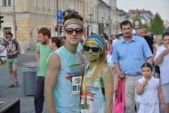 Les amis posant à Cluj-Napoca, Roumanie, le 13 juin 2015 pendant la couleur courent l'événement Photographie stock libre de droits