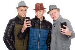Les amis posant pour un individu en automne vêtx Photos stock