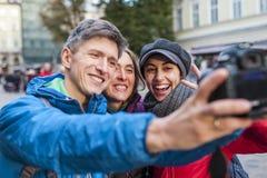 Les amis prennent un selfie image libre de droits