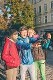 Les amis prennent un selfie images stock