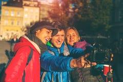 Les amis prennent un selfie photographie stock libre de droits
