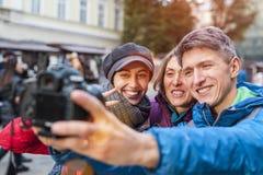 Les amis prennent un selfie photographie stock