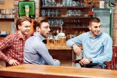 Les amis prennent une bière au bar Photo stock