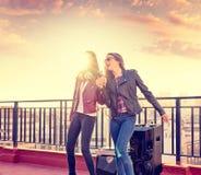 Les amis réunissent des firls chantant le karaoke à la terrasse de toit Photos libres de droits