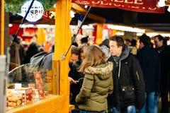 Les amis regardant la ville tracent au marché de Noël Photographie stock