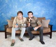 Les amis regardent la télévision Photographie stock