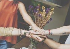 Les amis remet ensemble le concept d'unité de travail d'équipe Images stock