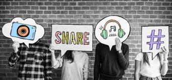 Les amis retardant la pensée bouillonne avec l'ico social de concept de media photographie stock libre de droits