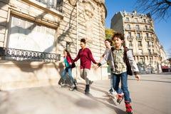 Les amis roule au trottoir de la ville d'automne Photographie stock libre de droits