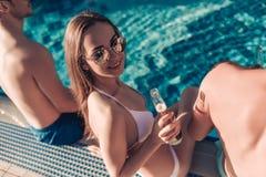 Les amis s'approchent de la piscine de swimmimg Image libre de droits