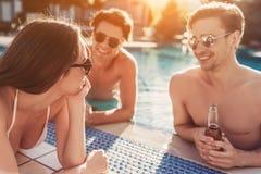 Les amis s'approchent de la piscine de swimmimg Images stock