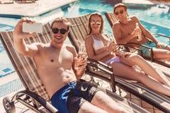 Les amis s'approchent de la piscine de swimmimg Photos libres de droits