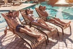 Les amis s'approchent de la piscine de swimmimg Images libres de droits