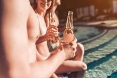 Les amis s'approchent de la piscine de swimmimg Photographie stock