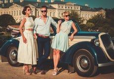 Les amis s'approchent du convertible classique Photographie stock