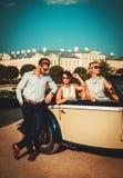 Les amis s'approchent du convertible classique Photo libre de droits