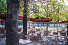 Les amis s'asseyent à une table de café dans le Tuileries, Paris, France Image stock