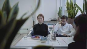 Les amis s'asseyent dans le restaurant, et venir du serveur et verres apportés et une bouteille de l'eau, et de deux plats banque de vidéos