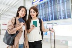 Les amis s'attaquent voyage ensemble à l'aéroport international de Hong Kong Photo libre de droits