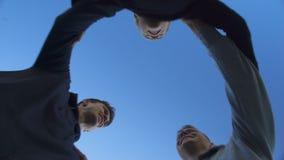 Les amis sautant ensemble, slogan de chant de victoire, travail d'équipe, vue inférieure banque de vidéos