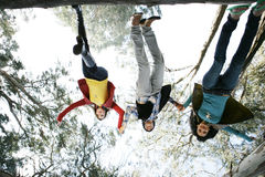 Les amis sautant upside-down Photographie stock