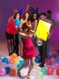 Les amis se ferment ensemble, jouant avec des ballons Photographie stock