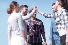 Les amis se saluent, donnant de hauts cinq Photos libres de droits