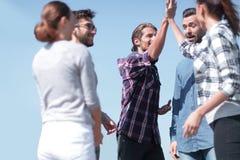Les amis se saluent, donnant de hauts cinq Image stock