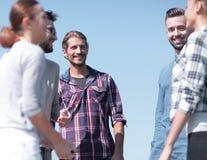 Les amis se saluent, donnant de hauts cinq Image libre de droits
