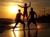 Les amis silhouettent à la plage d'été Image libre de droits